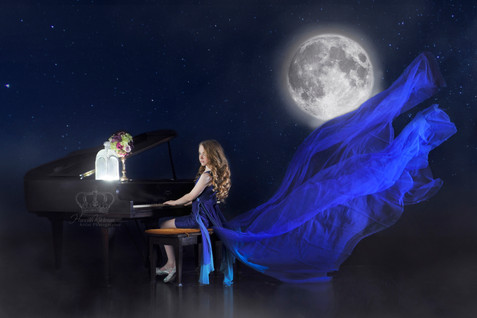 Fantasy_photo_of_girl_by_piano_and_moon_