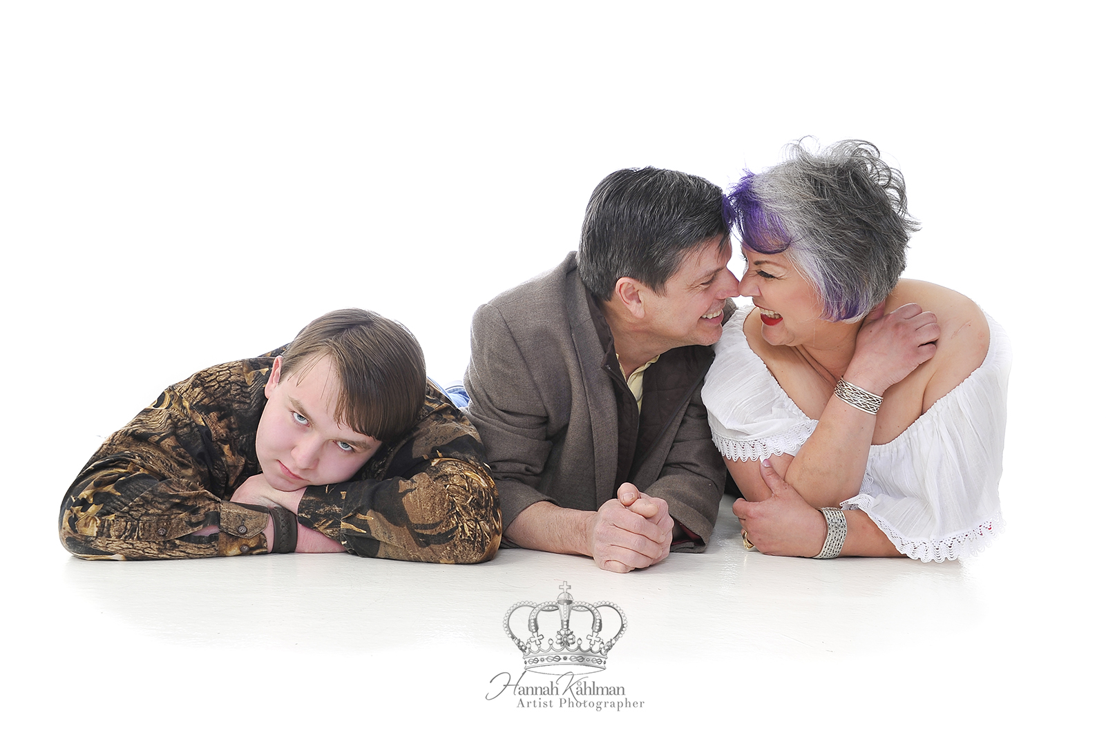 Funny_and_romantic_family_photo_in_studi