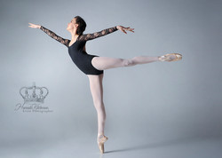 Ballet_dancer_en_pointe_first_arabesque_