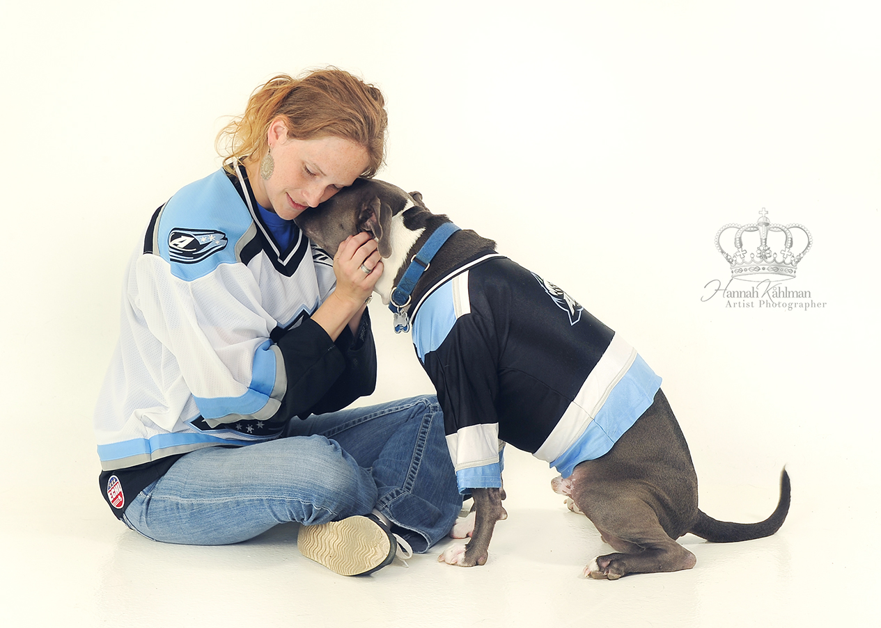 Mommy_and_dog_hugging_Aces_wearing_icehockey_jerseys_Anchorage_Alaska_pet_photographer_Hannah_Kåhlma