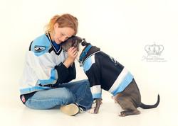 Mommy_and_dog_hugging_Aces_wearing_icehockey_jerseys_Anchorage_Alaska_pet_photographer_Hannah_Kåhlma