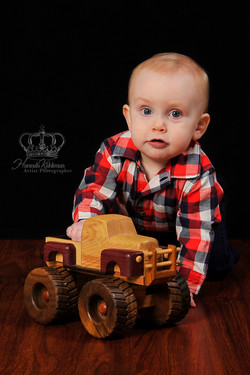 Cute_boy_from_Eagle_River_playing_in_photo_studio_by_Anchorage_photographer__Hannah_Kåhlman_Artist_P