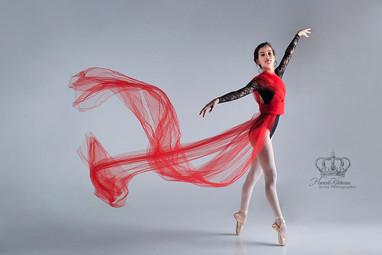 Fine_art_ballet_dancer_photo_in_studio_w