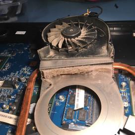 Takto nemá vypadat chladící systém laptopu