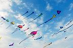 Cerfs-volants à ciel nuageux