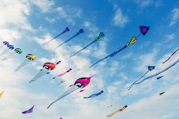 Vliegers vliegen in bewolkte hemel