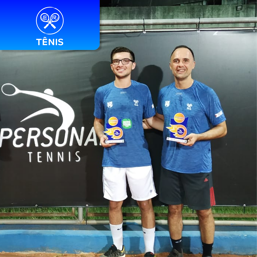 Alunos da er esportes campeões torneio de tenis. Pai e filho fazendo aulas de tênis
