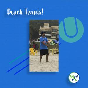 Aluno das aulas de tênis da Er Esportes em um torneio de beach tennis