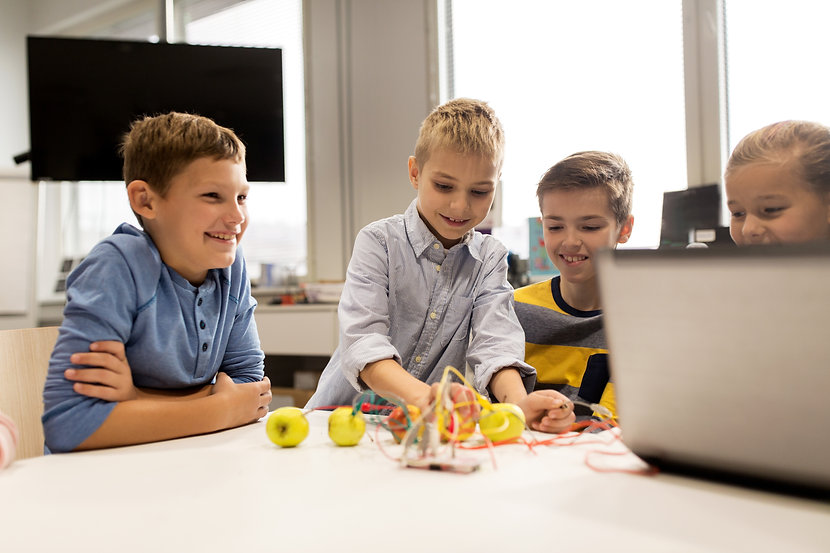 kids-with-invention-kit-at-robotics-scho