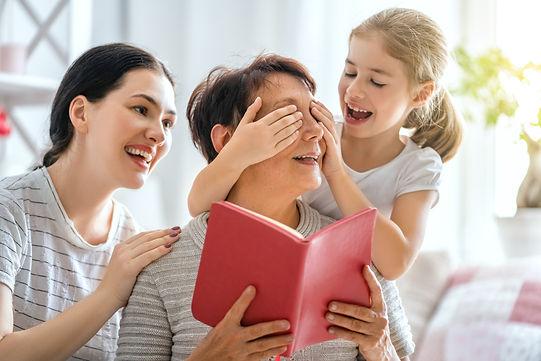garota com mãe e pai