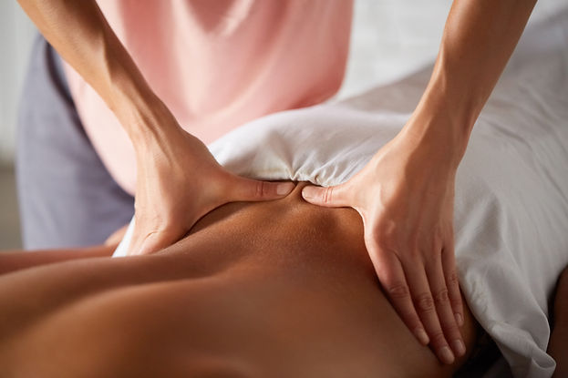 masseuse-doing-massage-for-male-client-K