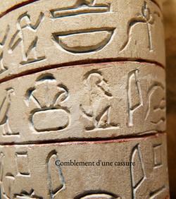 Comblement d'une pierre calcaire gravée égyptienne