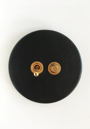 détail interrupteur noir & laiton