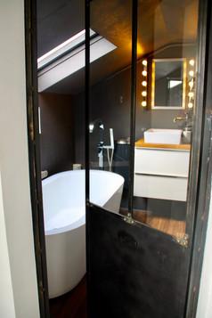 Salle de bain avec porte sur mesure