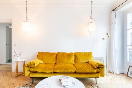 salon avec canapé velours ocre