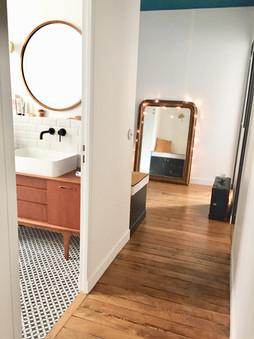 détail salle de bain et couloir