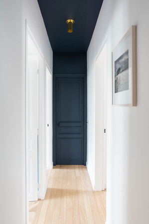couloir bleu nuit