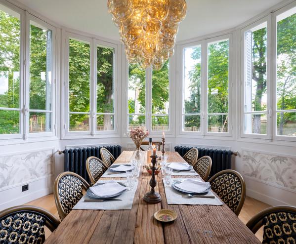 table dressée dans la salle à manger