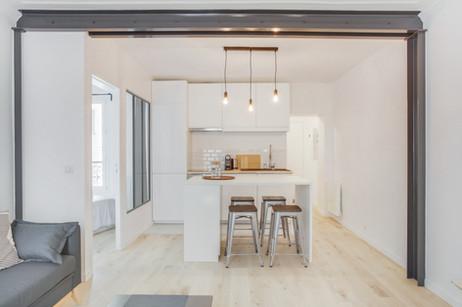 grand séjour décloisonné avec une cuisine ouverte