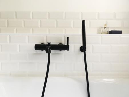 détail robinetterie noire baignoire