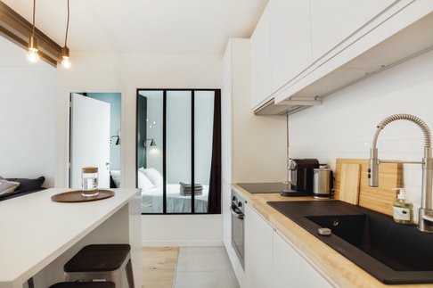 Cuisine ouverte / chambre avec verrière