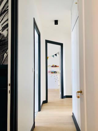 couloir avec batis et plinthes peintes en noir
