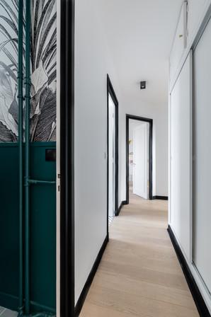 couloir avec détails en off black de chez farrow and ball