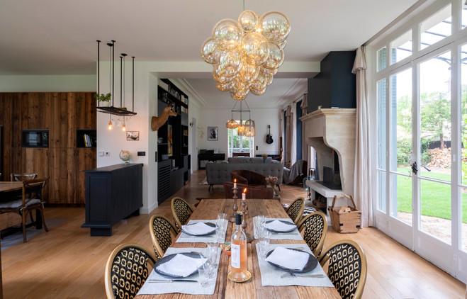 salle à manger avec table dressée
