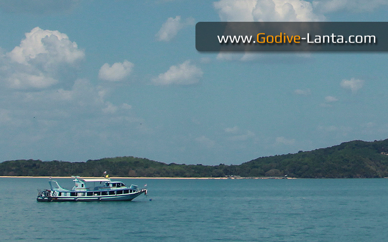 transfer-boat-ferry-koh-lanta-island-nearby.jpg