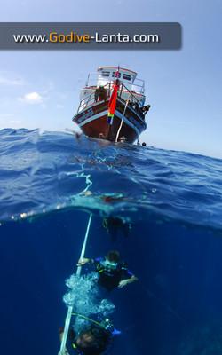 dive-boat-at-hin-daeng
