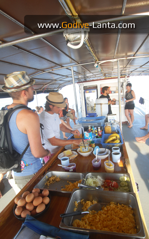 dive-boat-breakfast1