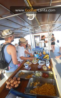 dive-boat-breakfast1