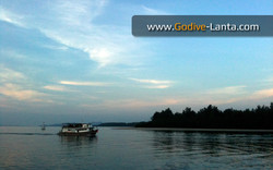 dive-boat-back-from-hin-daeng