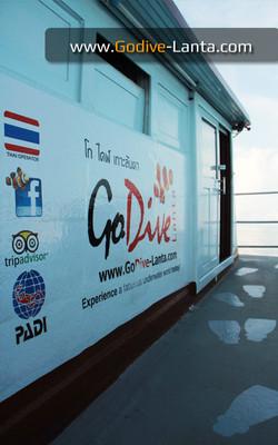 dive-boat-walk-way