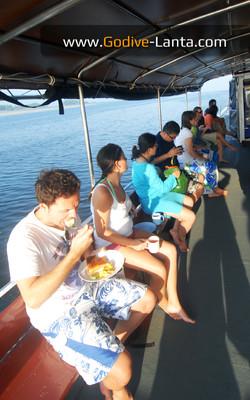 dive-boat-breakfast2