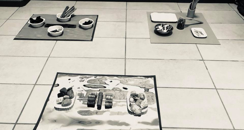Setting. Tappi, conchiglie, sassi. Pigne, cortecce, bambù. Cucchiai di legno, bucce di arancia, barattolo con rosmarino. Il piacere di scoprire il materiale. Nuovi accostamenti. Nuove interazioni. Cosa ti incuriosisce?