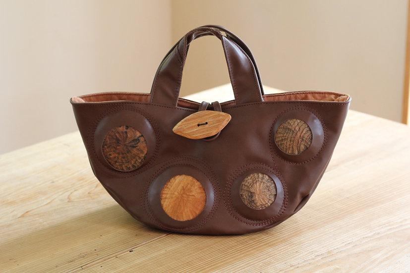 手彫りの木を埋め込んだバッグ