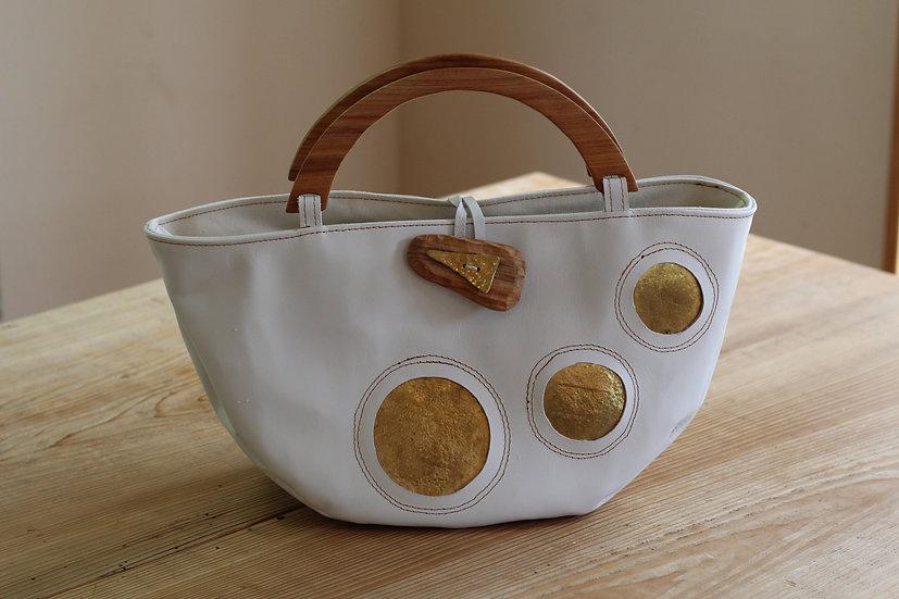 真鍮を埋め込んだバッグ