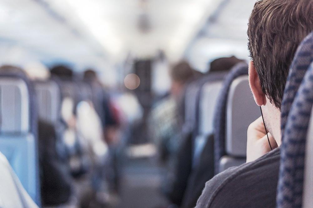 corredor de um avião