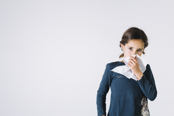menina assoando o nariz