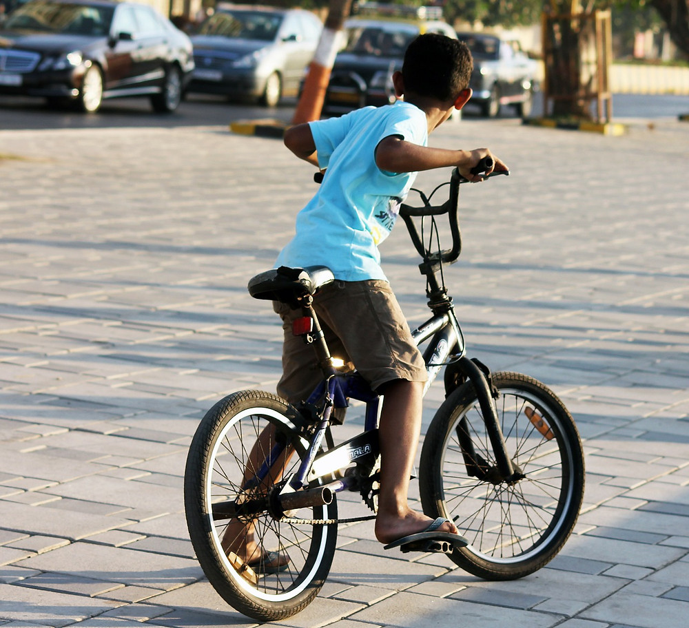 menino andando de bicicleta
