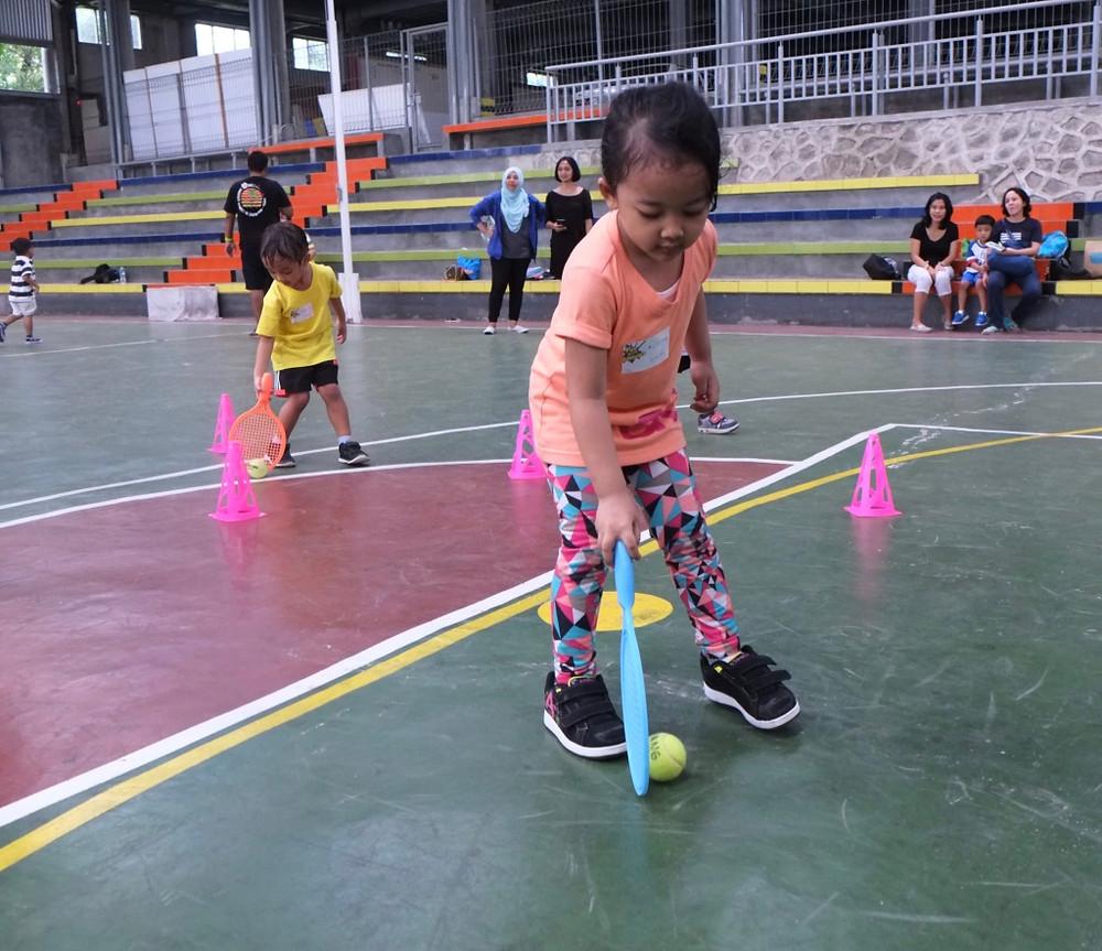 Menggiring bola dengan raket kecil
