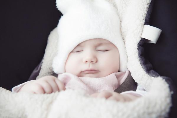 bebê bem agasalhado dormindo