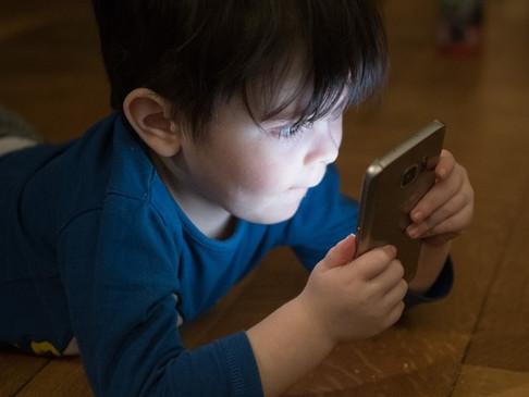 Crianças e telas? Aprenda os efeitos que o tempo de tela causam nas crianças