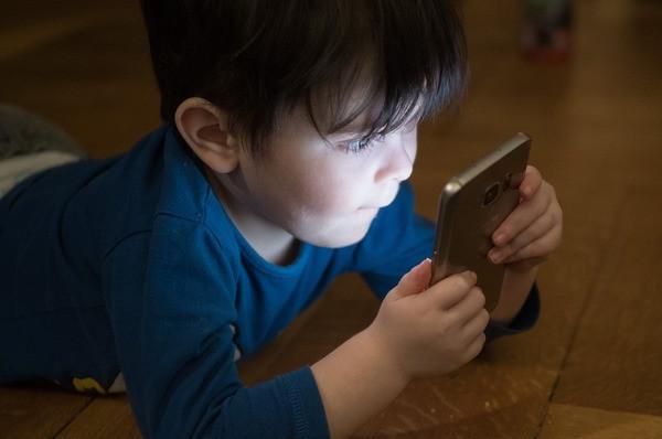 menino usando celular