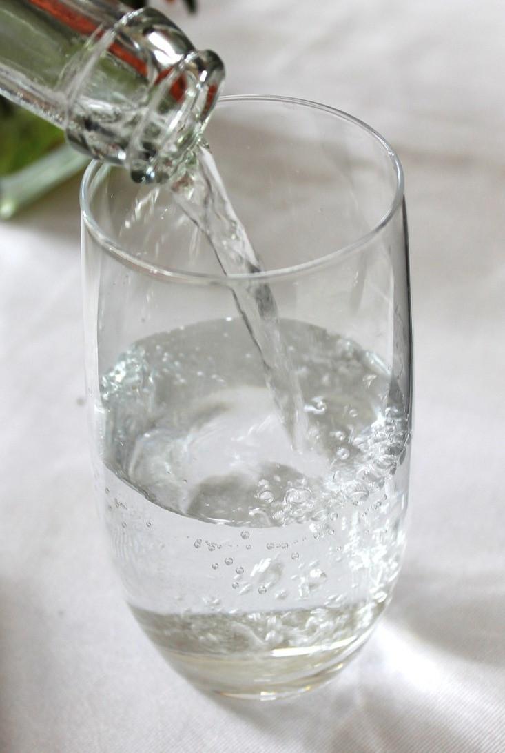 água caindo em um copo de vidro transparente