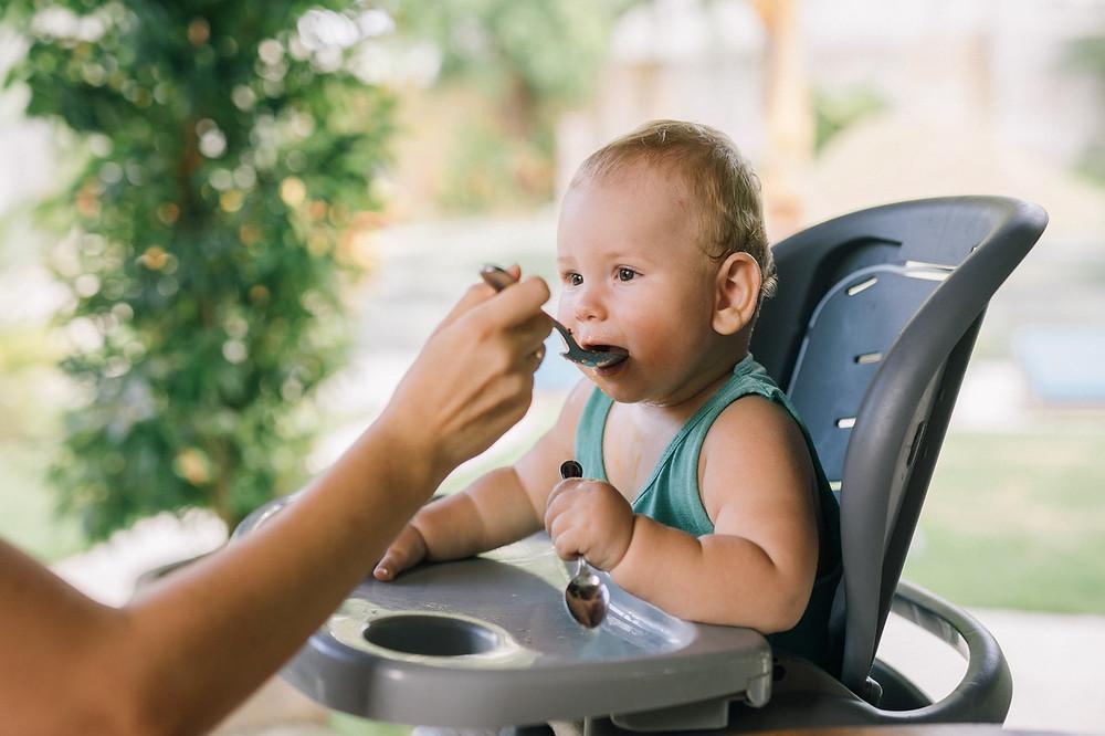 bebê comendo em cadeirão