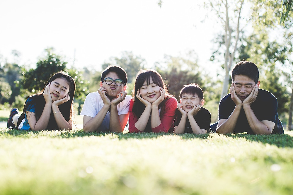 família feliz deitada na grama