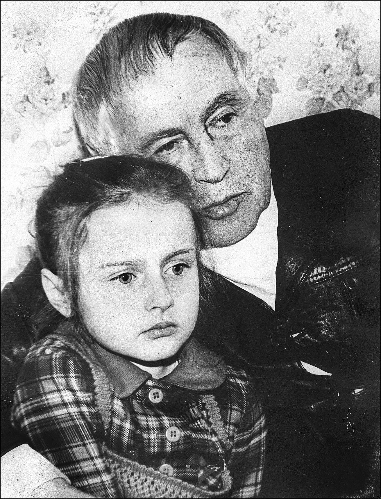З онукою Світланою біля телевізору
