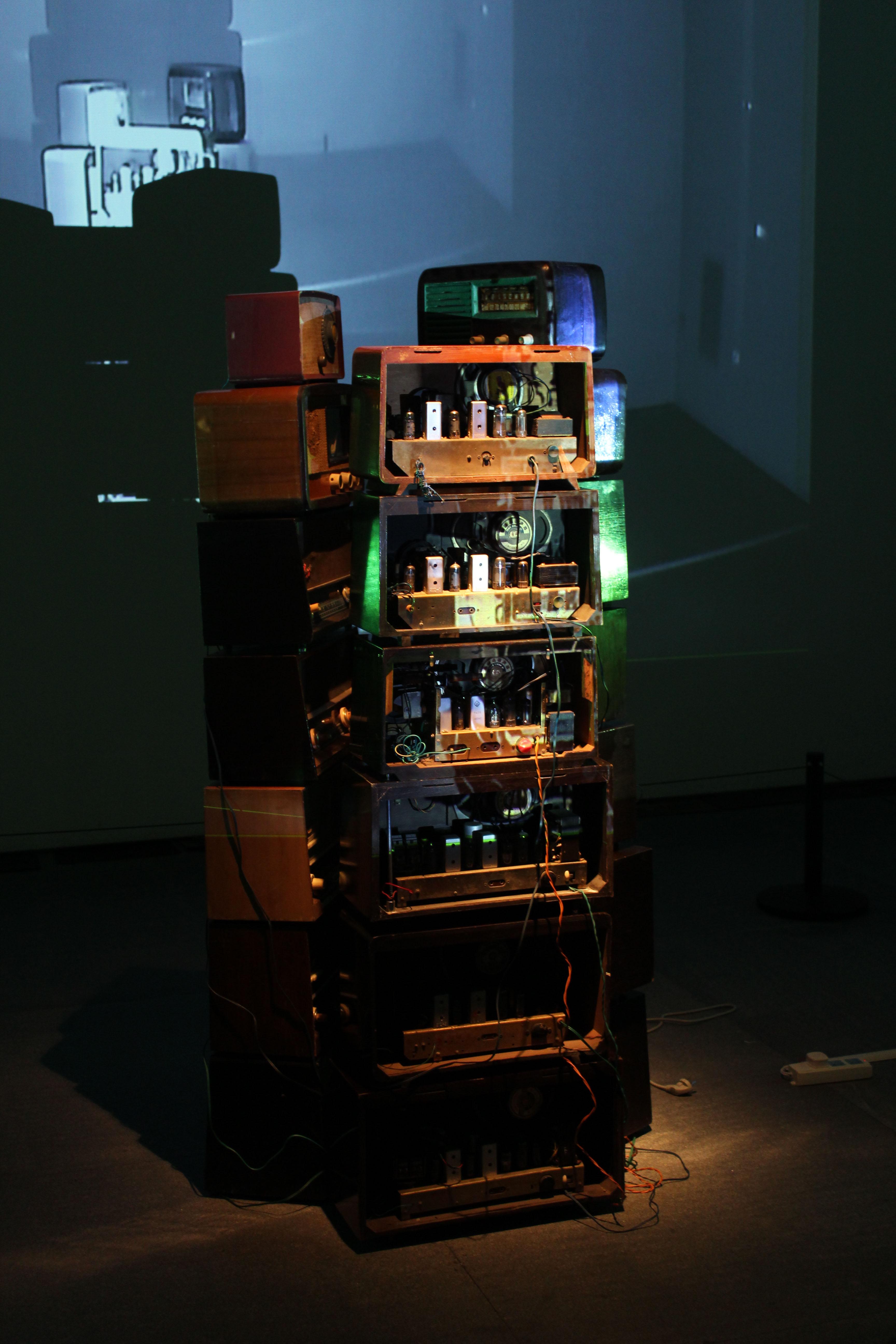 声音之塔-180x70x70cm-旧收音机-